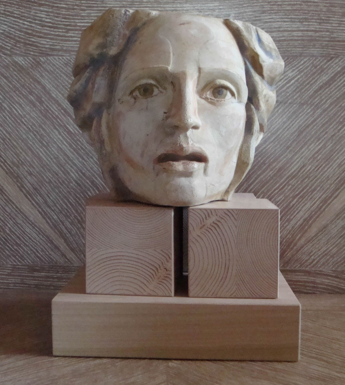 Breaking head | cast stone-wood | H: 36X25X30 cm